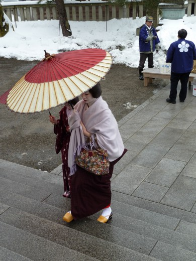 A geisha arrives at a temple